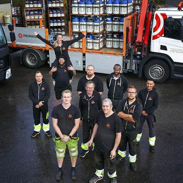 bu78 nybroplans gasdepå Kungsängen stockholm 8 okt 2020 ägare personal gruppbild  ledningsgrupp matilda bajor pia wittboldt hjalmar  gasolflaskor lastbilar lasta lossa tung last truck   ------------------------------------------------------------ customer  : NYBROPLANS EXPRESS ———————————————————— photo/copyright : roger schederin studio lighthouse  tel 0046 70  515 46 70 ---------------------------------------------------------- ---------------------------------------------------------- roger finns på 070 515 46 70 roger@studiolighthouse.se www.rogerschederin.com studio lighthouse box 141 37 167 14 bromma , Sweden